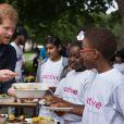 Le prince Harry lors de sa visite avec des enfants du camp d'été centre de loisirs Newham Council's à Central Park à Londres, le 28 juillet 2017.