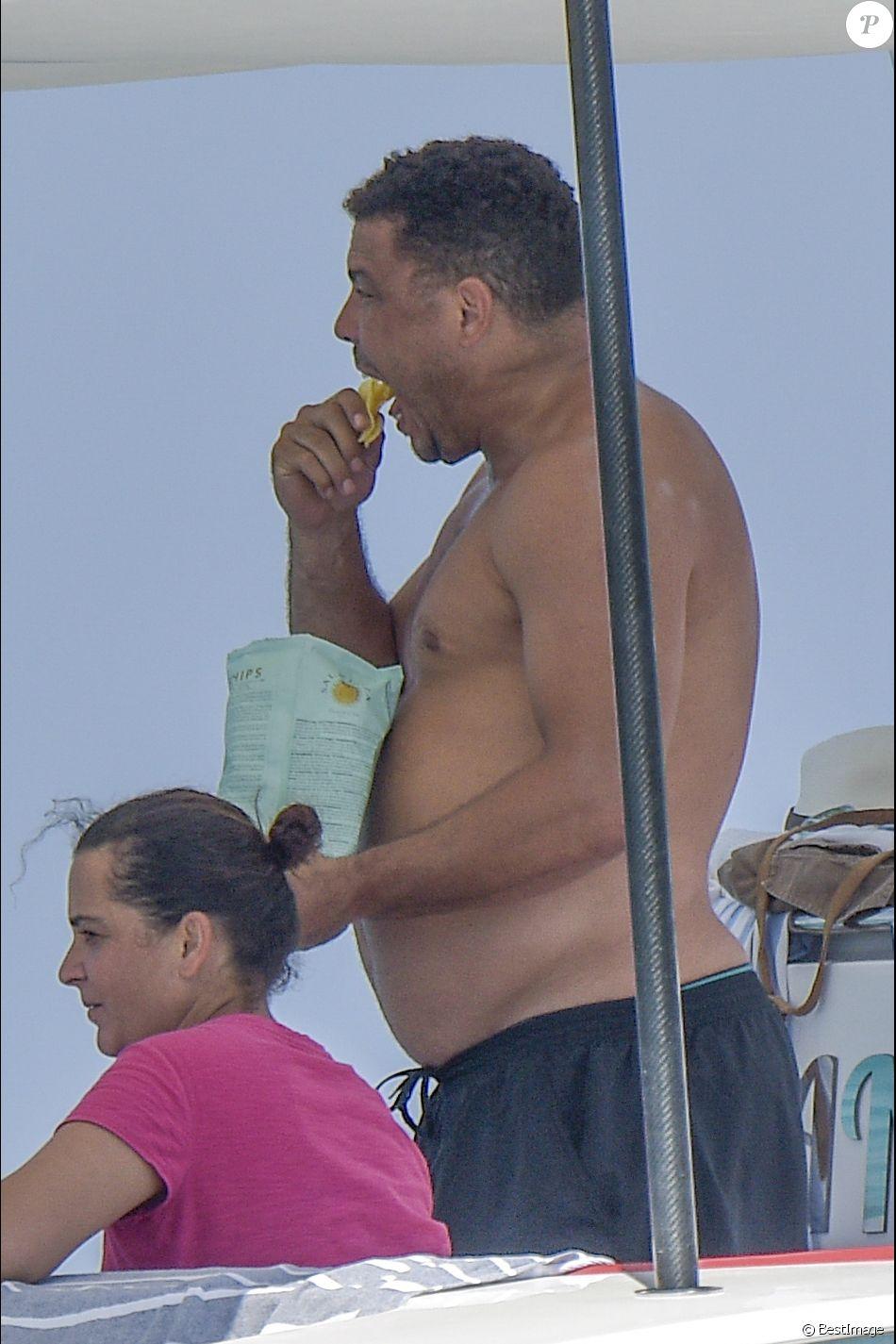 Exclusif - L'ancien footballeur brésilien Ronaldo Luis Nazario de Lima, paquet de chips à la main, sur un yacht à Ibiza, Espagne, le 5 août 2017.