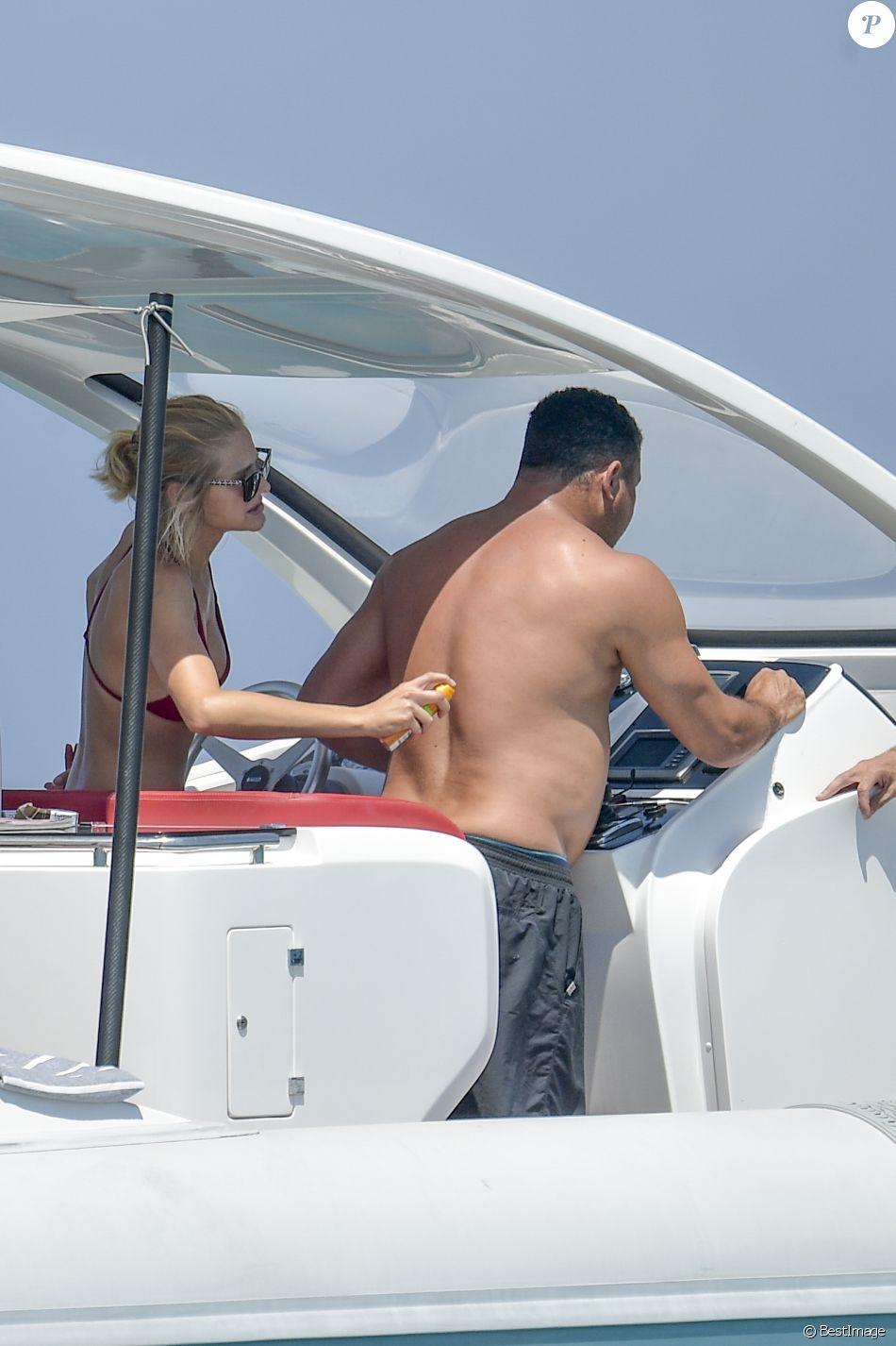 Exclusif - L'ancien footballeur brésilien Ronaldo Luis Nazario de Lima et sa compagne Celina Locks passent leurs vacances sur un yacht à Ibiza, Espagne, le 5 août 2017.