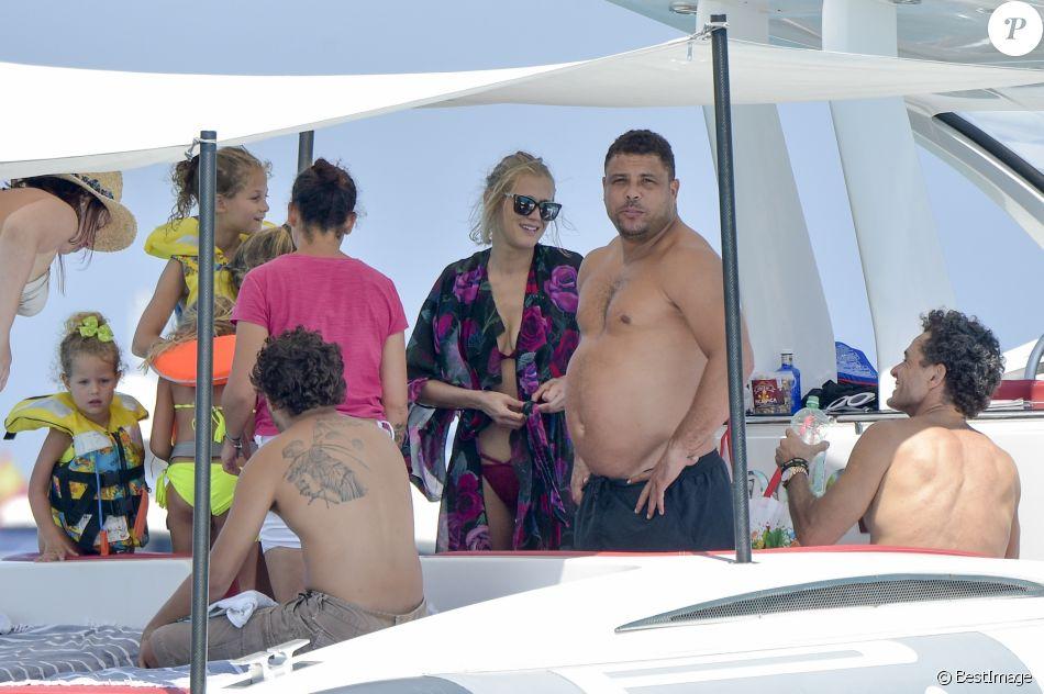 Exclusif - L'ancien footballeur brésilien Ronaldo et sa compagne Celina Locks passent leurs vacances sur un yacht à Ibiza, Espagne, le 5 août 2017.