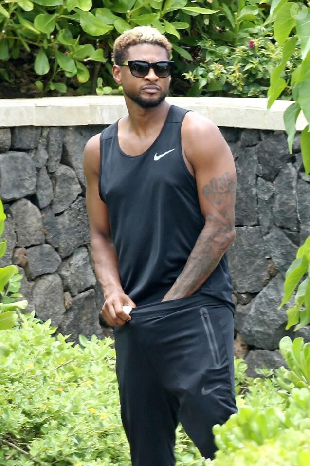 Usher fait du paddle en vacances avec des amis à Hawaii, le 9 mai 2017