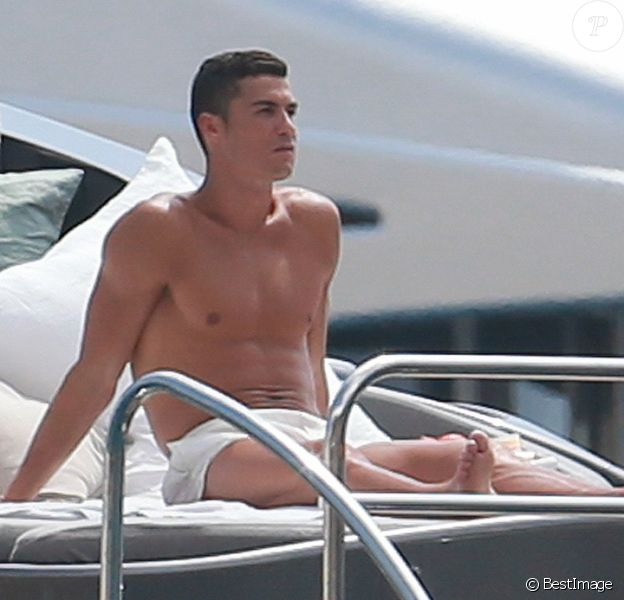 Exclusif - Cristiano Ronaldo et sa compagne Georgina Rodriguez, enceinte, lors d'une escapade en amoureux sur un yacht au large de l'île d'Ibiza, le 25 juillet 2017.