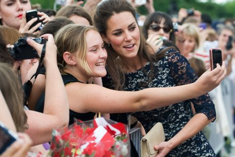 Kate Middleton : Pourquoi n'a-t-elle pas le droit de signer des autographes ?