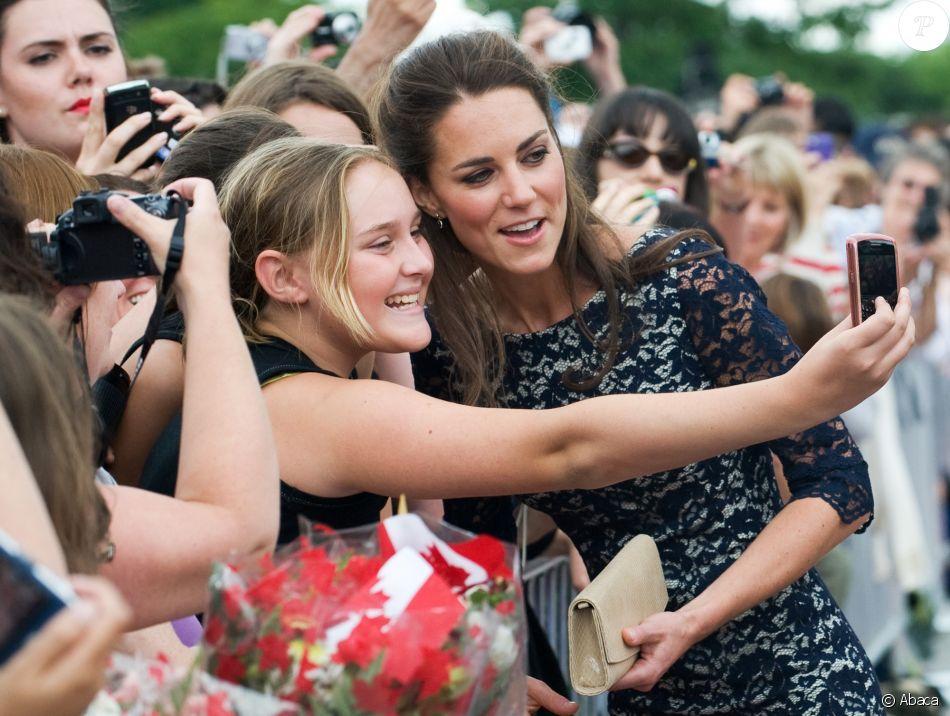 Catherine, la Duchess de Cambridge, prend un selfie à Ottawa, en juin 2011.