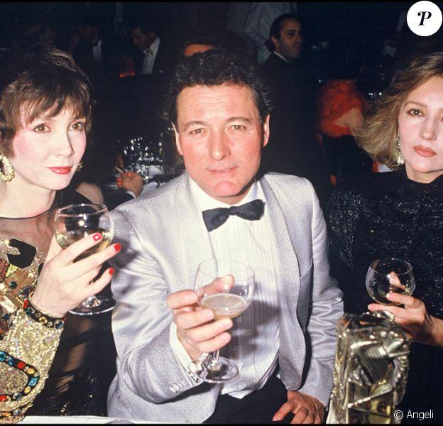 Claude Zidi reçoit un César pour les Ripoux. Il est avec Sabine Azema et Caroline Cellier.