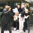 Michael Jackson et ses enfants, le visage camouflé, à Los Angeles le 1er juin 2007.
