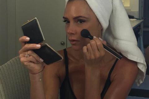 Victoria Beckham : Mise en beauté en soutien-gorge, dans sa chambre d'hôtel