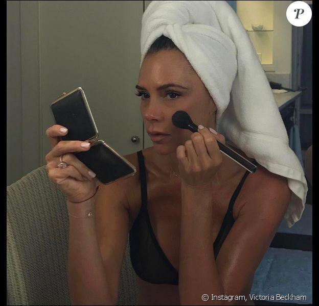 Victoria Beckham se maquille en Victoria Beckham x Estée Lauder. Août 2017.