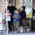Exclusif - Angelina Jolie va déjeuner avec ses enfants Shiloh et Vivienne et leurs amis à Los Angeles le 27 aout 2017.