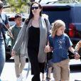 """Exclusif - Angelina Jolie emmène ses enfants Shiloh, Knox et Vivian chez Toys """"R"""" Us à Los Feliz, le 21 août 2017"""