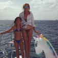 Laeticia Hallyday et sa fille Joy sur un bateau à Saint-Barthélemy, le 27 août 2016.