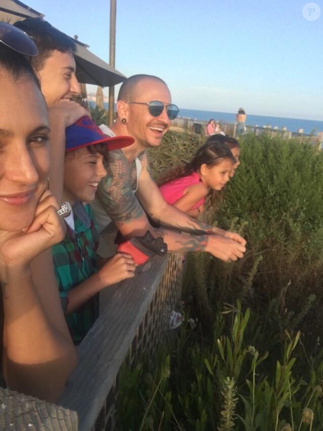 Chester Bennington avec sa femme Talinda et ses enfants, quelques jours seulement après sa mort (survenue le 20 juillet). Photo publiée le 7 septembre 2017 sur Twitter par Talinda Bennington.