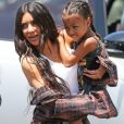 """Kim Kardashian emmène sa fille North West chez Color Me Mine à Calabasas le 22 juin 2017."""