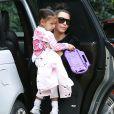 Kim Kardashian et Kanye West arrivent chez des amis avec leurs enfants North et Saint West à Los Angeles, le 5 février 2017.