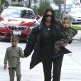 Kim Kardashian et ses enfants North et Saint - Les Kardashians déjeunent en famille au restaurant Something's Fishy à Woodland Hills, le 19 février 2017.
