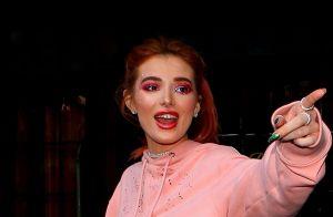 Bella Thorne : Alerte underboobs, l'actrice dévoile ses seins en pleine rue