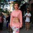Bella Thorne porte un sweat shirt très court et laisse entrevoir la moitié de sa poitrine à la sortie de son hôtel à New York. Elle porte un sac Louis Vuitton XXS! Le 10 septembre 2017.