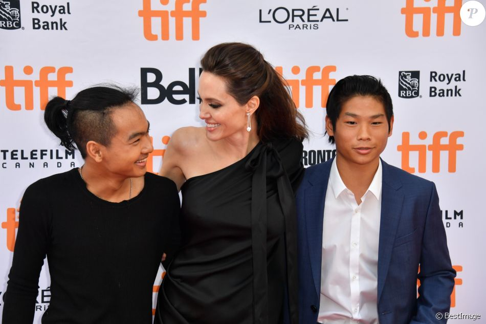 "Angelina jolie avec ses enfants Maddox et Pax à la première de ""First They Killed My Father"" au Toronto International Film Festival 2017 (TIFF), le 11 septembre 2017."