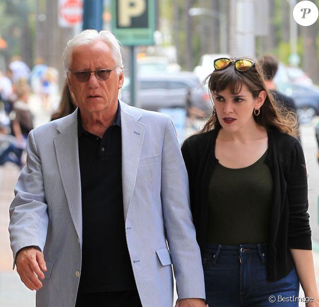 Exclusif - James Woods se rend à un rendez-vous médical avec sa compagne Kristen Baugness à Beverly Hills, le 17 avril 2017