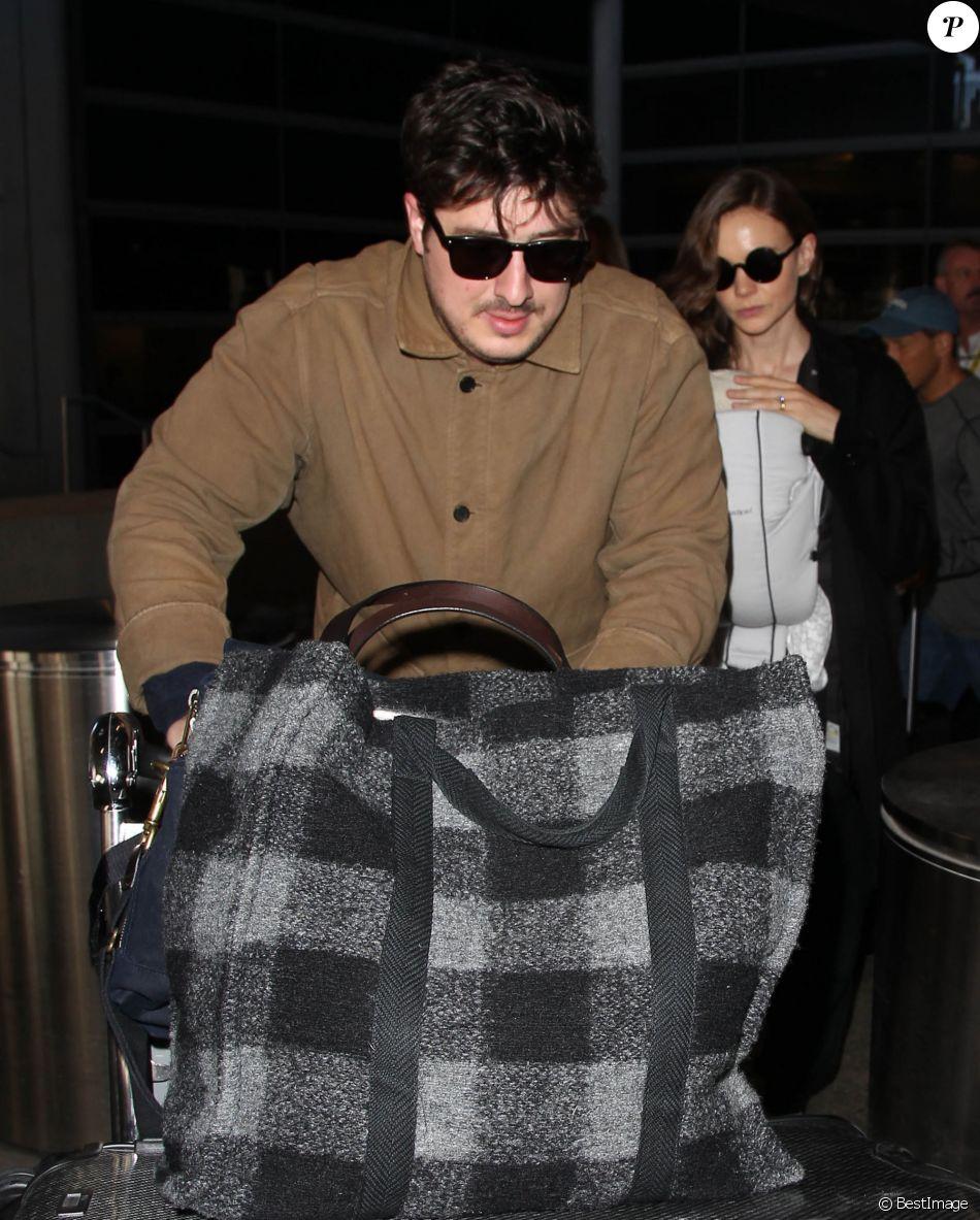 Carey Mulligan arrive avec son mari Marcus Mumford et leur fille Evelyn à leur arrivée à l'aéroport LAX de Los Angeles. Le 31 octobre 2015