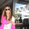Heidi Klum porte un gilet en laine rose fluo à son arrivée à l'aéroport de LAX à Los Angeles, le 10 septembre 2017
