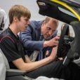 Le prince William, duc de Cambridge, visite l'usine McLaren Technology Centre en compagnie du président de McLaren Mike Flewitt. Woking, le 12 septembre 2017.