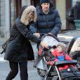 L'acteur Jason Biggs et sa femme Jenny Mollen se promènent avec leur fils Sid à New York le 5 Février 2016.