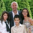 """""""Frank Leboeuf, sa femme Betty et leurs enfant Hugo et Jade à Disney Village le 27 juin 2004"""""""