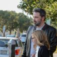 Ben Affleck tient la main de sa fille Violet alors qu'ils sortent de chez l'optométriste à Brentwood. L'acteur porte une veste Gucci, le 12 octobre 2017.