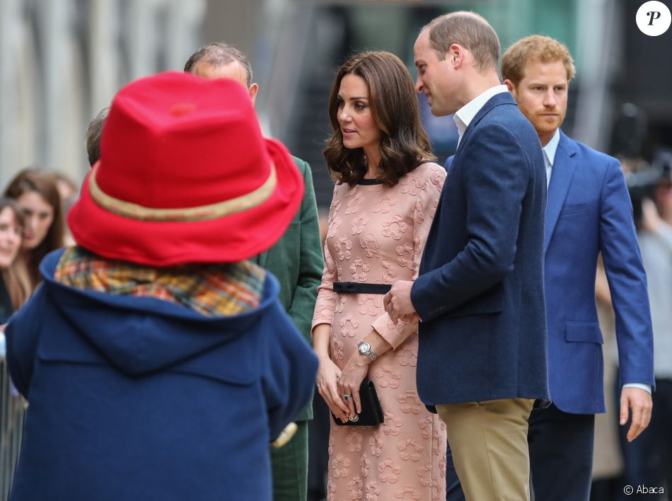 La duchesse Catherine de Cambridge, enceinte, le prince William et le prince Harry prenaient part le 16 octobre 2017 à un événement impliquant leur organisation The Charities Forum en gare de Paddington, à Londres. Le lendemain, le palais de Kensington a révélé le terme de la grossesse de Kate, qui doit accoucher de son troisième enfant en avril 2018.