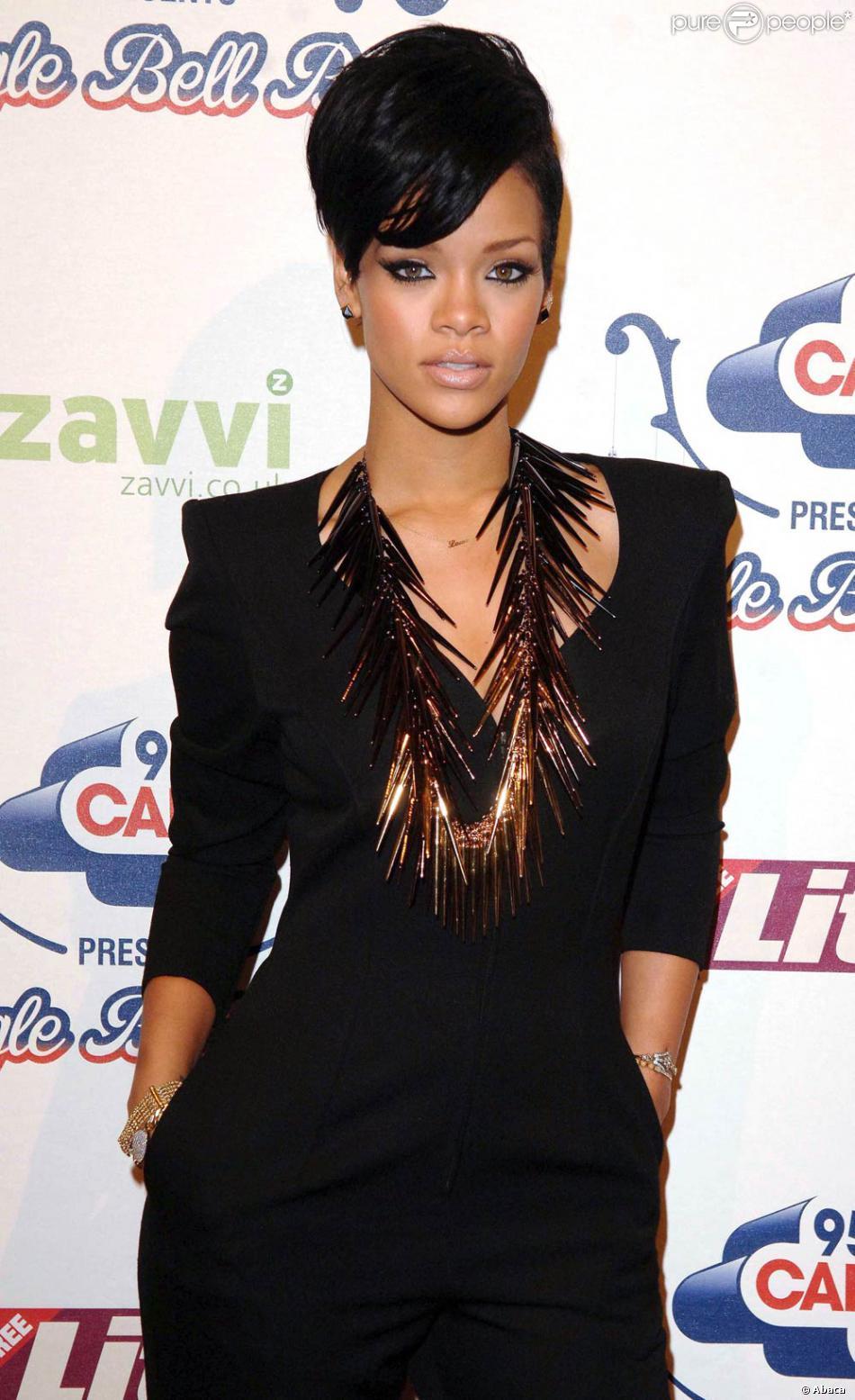 Rihanna, toute simple en robe noire, avec juste un collier comme accessoire  singulier. 7e9af779d6b7