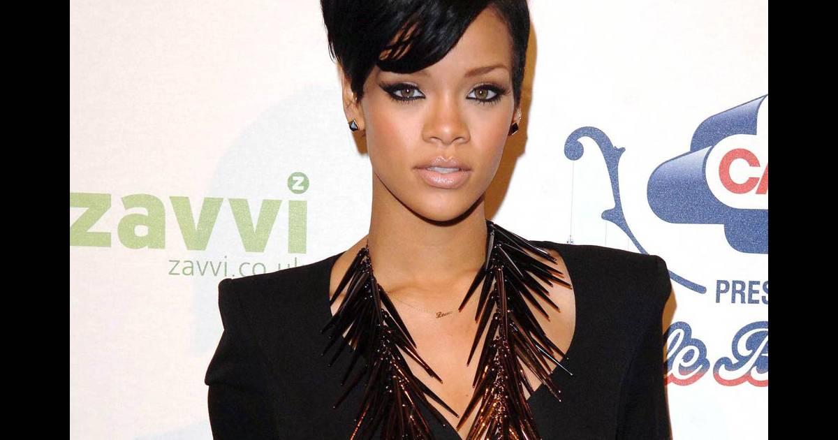 Rihanna, toute simple en robe noire, avec juste un collier comme accessoire  singulier... - Purepeople 9a32ceb21fa3
