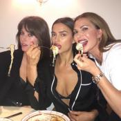 Irina Shayk : Sexy et gourmande en pyjama, elle éclipse Dakota Johnson