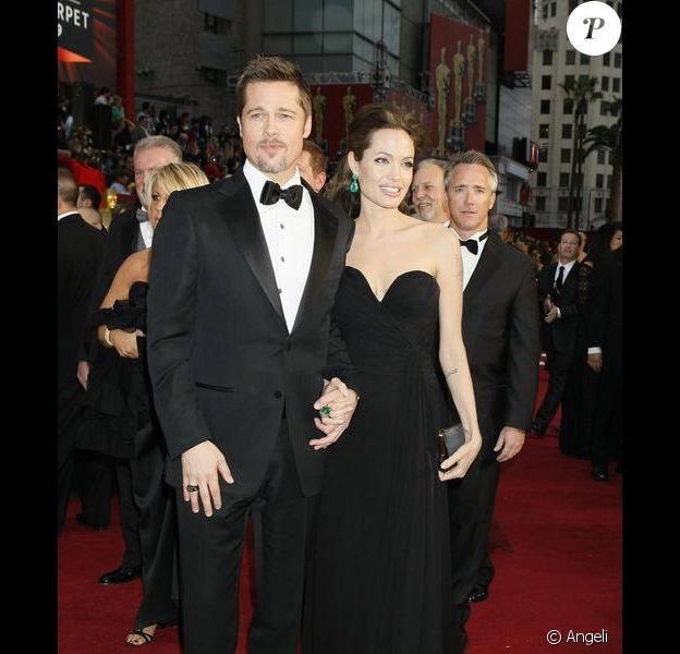 Brad et Angie aux Oscars 2009 était des plus élégants. Angie, reine de beauté, a misé sur le vert comme seule touche de couleur pour égayer sa tenue... et c'est réussi !