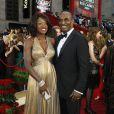 """Viola Davis (qui a joué dans """"Doute"""") a dégainé la robe dorée pour les Oscars 2009. Waouh ! Son époux Julius Tennon était tout sourire aux côté de sa divine femme !"""