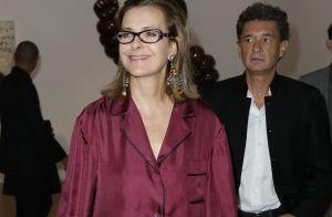 Carole Bouquet : Look pyjama pour une sortie culturelle avec son compagnon
