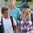 Reese Witherspoon et son fils Deacon Phillippe débarquent d'un hydravion à Tofino au Canada. Reese a passé un weekend avec son fils dans un hôtel 5 étoiles (à 5000 dollars par personne) où ils ont fait pleins d'activités en plein air dont une balade en hélicoptère! Le 21 juillet 2016