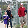 Reese Witherspoon et son fils Deacon à un match de football en 2011