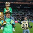 Nicolas Douchez et son fils Valentin le 19 avril 2014 après la victoire du PSG en finale de la Coupe de la Ligue au Stade de France à Paris.
