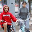 """""""Selena Gomez et Justin Bieber font une balade à vélo dans les rues de Los Angeles. Les 2 ex très proches plaisantent, s'amusent et se taquinent.. Le 1er novembre 2017"""""""