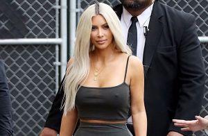 Kim Kardashian sans soutien-gorge et moulée dans sa tenue, elle fait le show