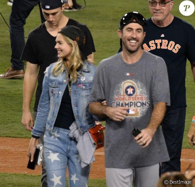 Kate Upton et son compagnon Justin Verlander au Dodger Stadium à Los Angeles, le 1er novembre 2017.