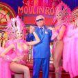 Exclusif - Michou pose avec deux danseuses du Moulin Rouge à Paris, France, le 19 mars 2017. © Agence/Bestimage