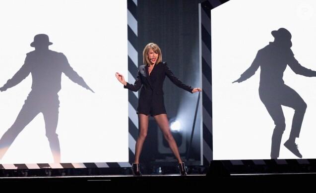 """Taylor Swift - Scène des """"BRIT Awards 2015"""" à Londres, le 25 février 2015."""