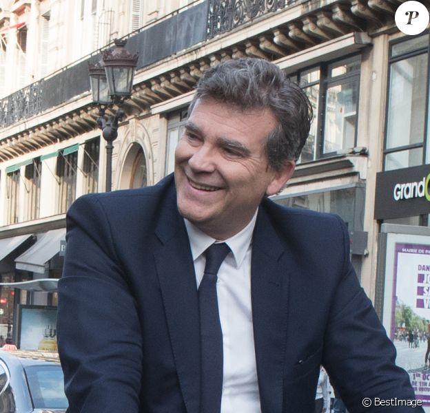 Exclusif - Arnaud Montebourg, alors qu'il était en Vélib' (vélo) dans les rues de Paris, a croisé une horde de paparazzi qui suivait Bella Hadid, s'est arrêté et a pris le temps de discuter avec eux. Le 27 septembre 2017