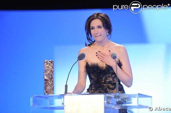 Elsa Zylberstein qui reçoit le César le de la meilleure actrice dans un second rôle, les larmes dans les yeux !