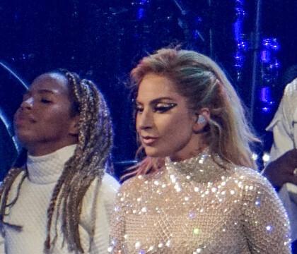 Lady Gaga : Une fan en sang à son concert, elle s'interrompt pour l'aider