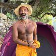 Nikos Aliagas s'affiche barbu et torse nu lors de ses vacances en Grèce, en août 2017.