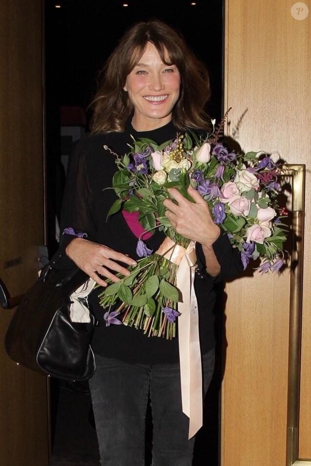 """Carla Bruni-Sarkozy après son concert """"French Touch"""" au théâtre Pallas à Athènes, Grèce, le 23 octobre 2017."""