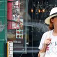 Exclusif - Rose Byrne enceinte promène son fils Rocco en poussette dans les rues de New York, le 15 septembre 2017